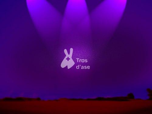 Fondo de pantalla amb el logo de Tros d'ase